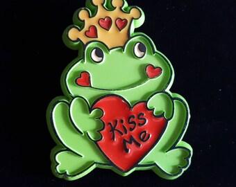 Green Plastic Frog Prince Pin Brooch King Jewelry Kiss Me Cartoon Kids Child Fairy Tale Pin FS