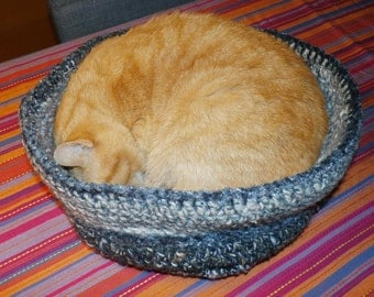 warm and cosy cat crochet basket