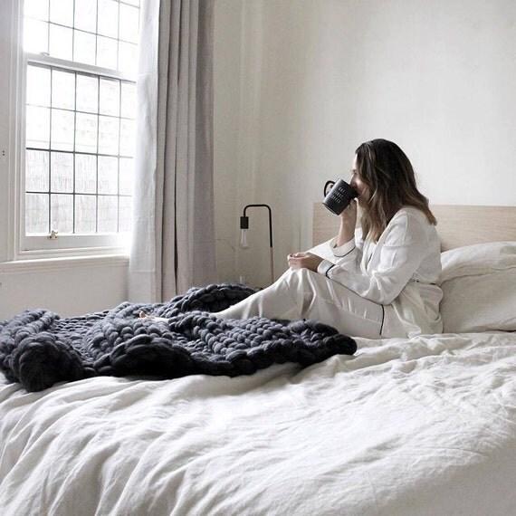 chunky knit decke werfen in holzkohle rippe von theflyinglambau. Black Bedroom Furniture Sets. Home Design Ideas