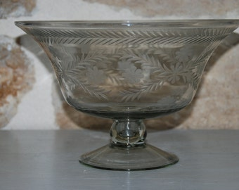 Large French vintage engraved cristal fruit bowl or pudding bowl. Very detailed floral engraving. Pretty pedestal stand.