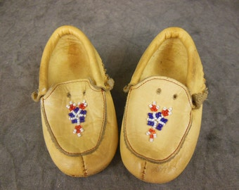 Leather Beaded Childs Moccasins Size 6 - Vintage