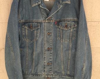 Vintage 1980s Men's Levi's denim trucker jacket / jean jacket / size L