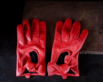 Vintage Red Leatherette Lined Gloves With Tie Details