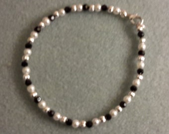 Sale** White pearl and black round bead bracelet