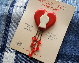 Mystery key to my heart vintage heart lock brooch - deadstock novelty, new old stock, moveable