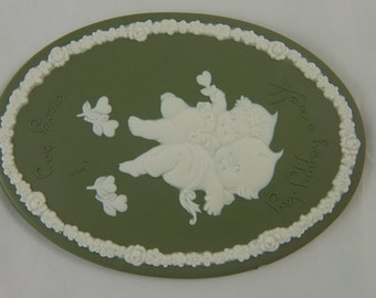 """Vintage Jasperware Plaque, Green with White Relief, Two Kewpies with White Rosette Border, """"Have a Happy Day Every Day"""", 1970s"""