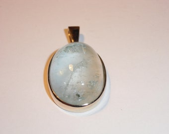 Aquamarine cabochon pendant made in 585 / - yellow gold.
