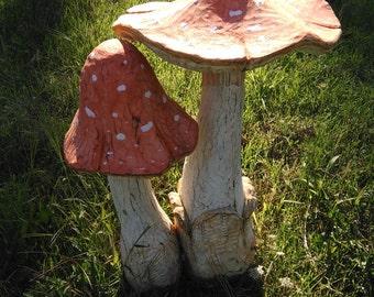 Fungo gigante intagliato nel legno di pino cembro