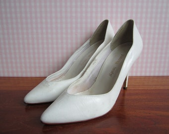 Vintage Young Lady Stilettos Pumps High Heels Snow White Leather Scalloped Edge Metal Pointy Almond Toe Wedding Pinup Pin Up Brazil 1980's