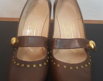 Vintage 60s MARTINIQUE Sharp MOD Brown Leather Gold Tone Studs Studded Mary Jane Style Heels Pumps Sz. 5 1/2