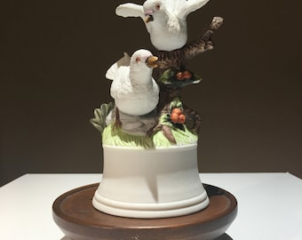 Vintage porcelain music box of two white birds / doves on branch - EP0073