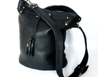 Large leather bucket bag No. 013 in black buffalo hide