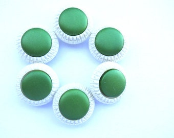 Vintage buttons, 6 plastic buttons, white buttons with green center, 23mm, can be use as beads