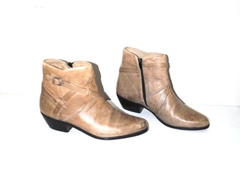 retro cowboy booties 1970s 70s vintage beige distressed leather pointy western boots size 9