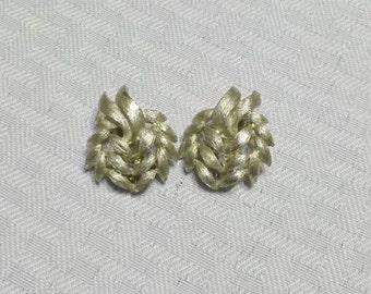 1950s Vintage Leaf Cluster Gold Tone Clip On Earrings