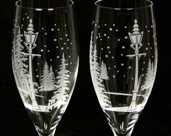 2 Winter Wedding Champagne Flutes, Snowflake Wedding Toast Flutes, Personalized Engraved Gift for Couple