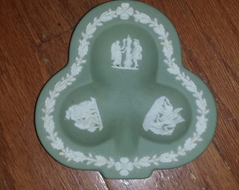 VINTAGE 1969 Wedgwood Greco-Roman Relief White on Green Jasperware Club Clover Ashtray (Never Used As Such) Pin Candy Dish Made in England