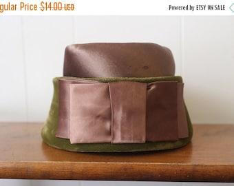 20% Off FALL SALE Pillbox Hat Vintage 1960s Green Velvet Bow Women's Mod
