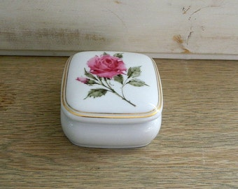 "Vintage Avon Musical Trinket Box - Happy Holidays - 1987 - ""What The World Needs Now"""