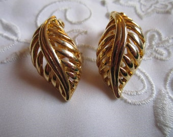 Vintage Gold Tone Feather-Shaped Clip On Earrings