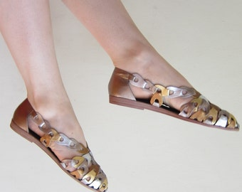 Vintage 1980s Modern Huarache Sandal in Metallic Silver Gold Bronze / 80s Sandals Shoes in Woven Leather / 7