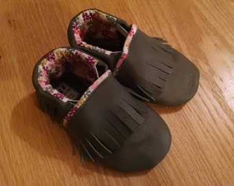 gray baby girls moccasins size 5/ 12-18 months