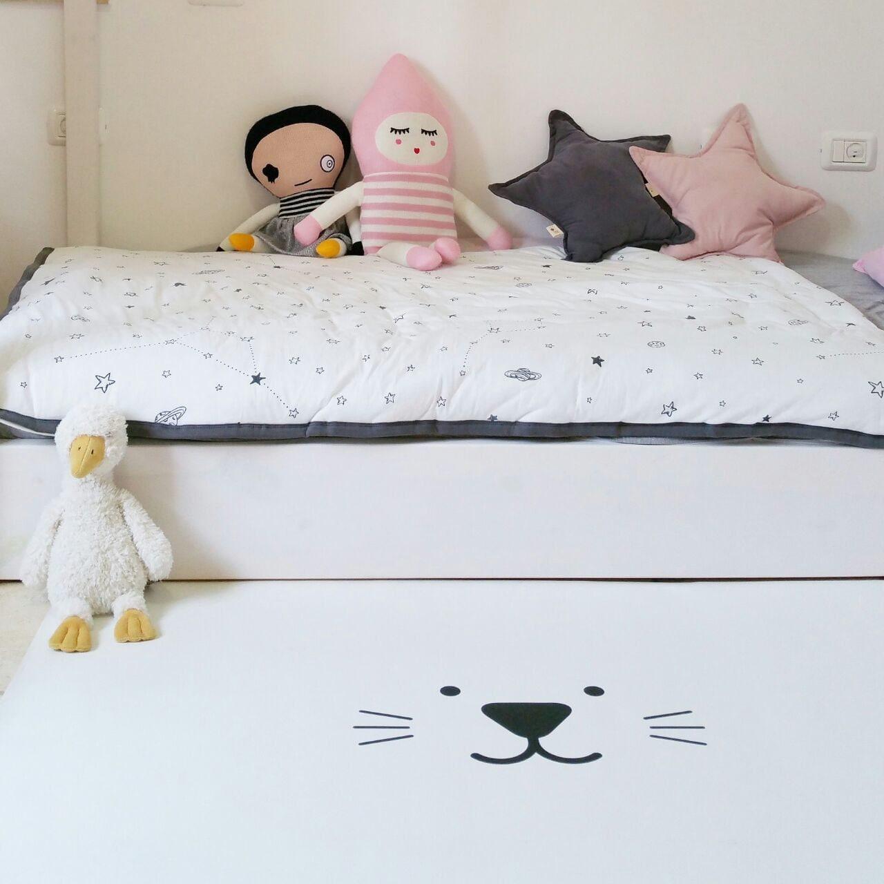 katze kinder teppich monochrom kinderzimmer pvc von petekdesign. Black Bedroom Furniture Sets. Home Design Ideas