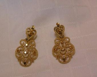 Crown Trifari modernist gold tone filigree dangling clip on earrings