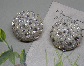 Vintage Weiss Rhinestone Plastic Button Dome Earrings Clip On