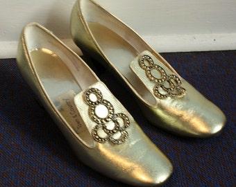 Wonderfully Vintage Gold Lame Vinyl 60s 70s Womens Shoes 7.5 US