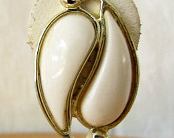 vintage 50s white lucite thermoset earrings clip on