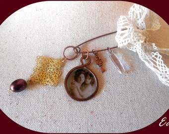 Copper brooch rètro. Brooch Art Dèco golden filigree and purple pearl. Safety pin crystal pendant and old photo. Cotton lace and small key.