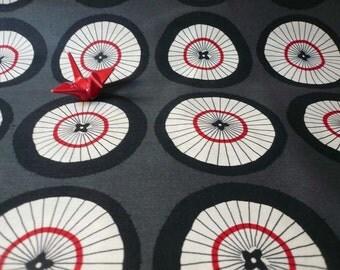 Tissu Japonais motif grandes ombrelles fond gris foncé- 20 cm