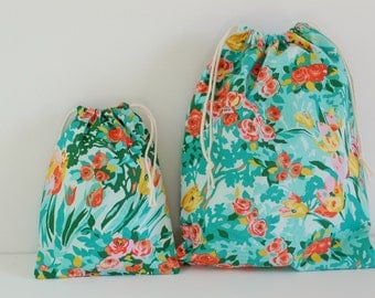 "Set of 2 Fabric Drawstring Bags (7x9"", 11x14"") / Green Meadow Blooms"