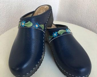 Vintage navy blue leather clogs painted floral trim Skane Toffeln Sweden sz 38 7.5