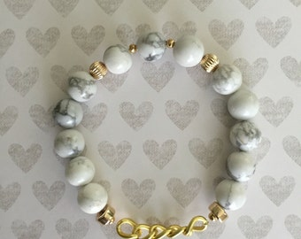 Stretch Bracelet. Handmade jewelry. Marble bracelet. White Howlite Beads. Gold Chain. Gray and white bracelet. Classic bracelet.