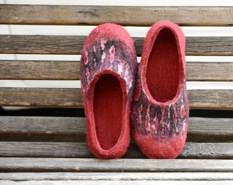 Felted slippers. Women home shoes. Natural Women slippers. Women winter shoes. Woolen Clogs. Red slippers.