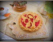 Decorated Cranberry Pie Board - one inch scale dollhouse miniature