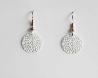 Small ornament earrings in white
