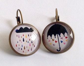 Earrings: umbrella and cloud. Boucles d'oreille rétro, asymétriques, parapluie et nuage. Coeurs et pluie multicolores.