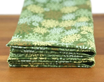 cloth napkins in green and gold snowflake print - 19 x 19 inches - set of two