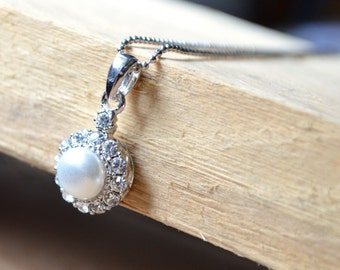 Necklace pearl cabochon pendant