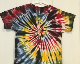 Youth Medium Fruit of the Loom T Shirt, Classic Spiral Tie dye with black.