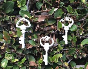 50% OFF / Set of white skeleton keys