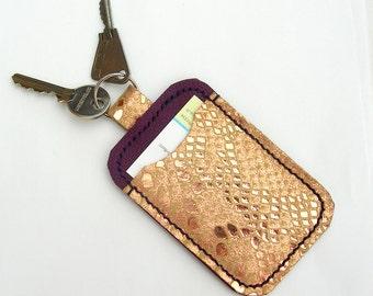 Porte-cartes en cuir avec porte-clé. Seul titulaire de la carte Oyster. Cas de clé et carte en cuir. Porte de carte de crédit ou virement en cuir violet.