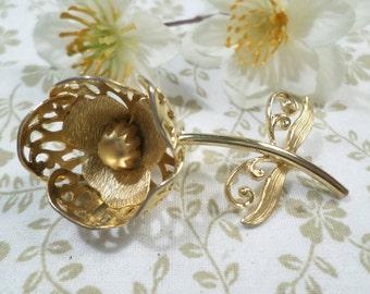 Beautiful Vintage Gold Tone Flower Brooch, Beautiful!  DL#8095