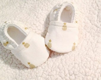 Baby booties Metallic Gold Pineapple Print (prints may vary), Crib shoes, baby shoes, Baby Gift