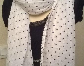 Veil of white cotton scarf