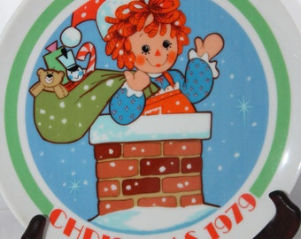 "1979 Sweet Raggedy Ann Christmas Plate -- Bobbs Merrill -- Schmid Brothers / Japan -- 7.5"" -- Holiday, Chimney, Toys"