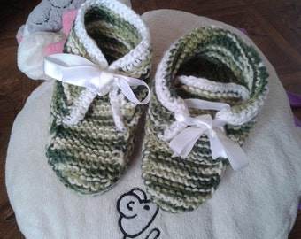 Knitted green-white acrylic babies booties
